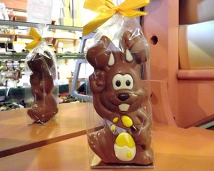 Hugo Milk Chocolate Artist Bunny (Yellow Egg Colour) 85g